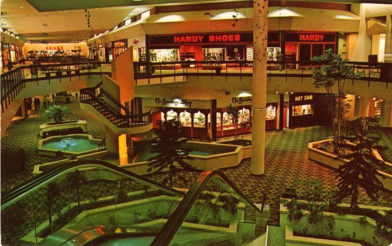 Shopping mall in the 1950s and 1960s